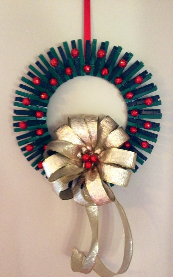 Christmas clothespin wreath missbutterbean for Close pin crafts